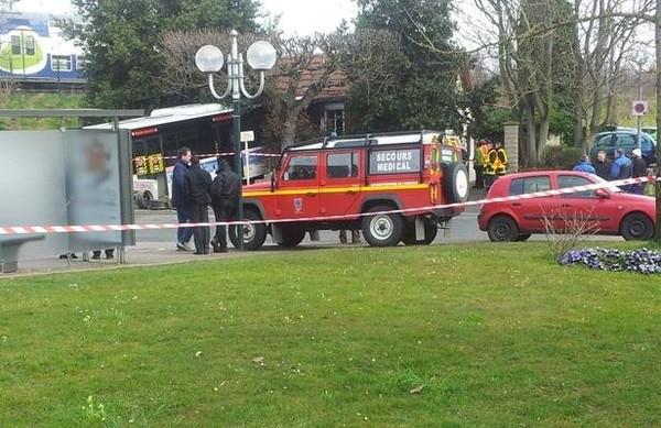Essonne: Un bus vide finit sa course dans une maison