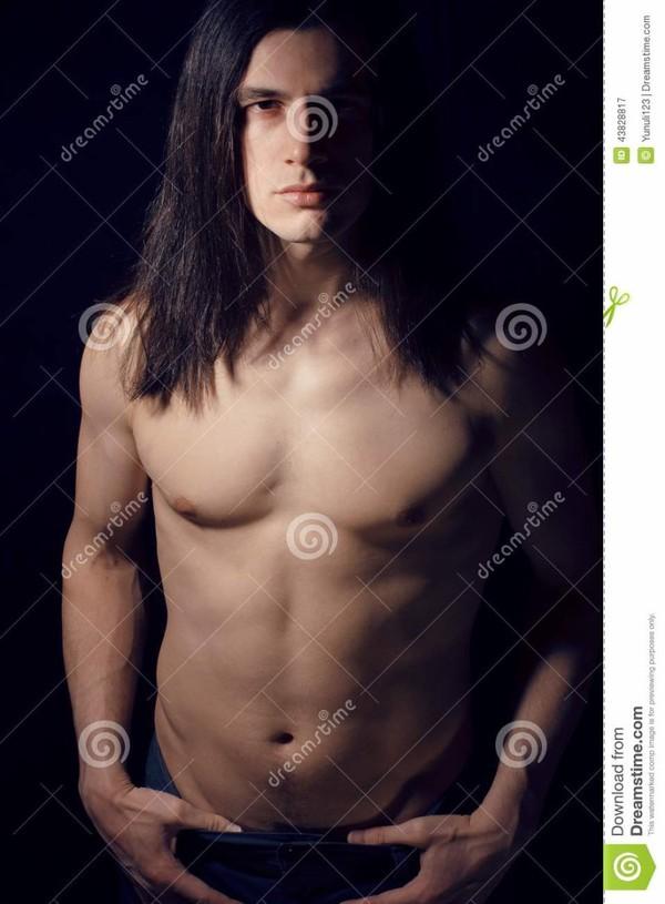 Jeune homme beau avec le torse nu de longs cheveux