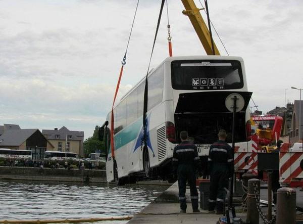 Honfleur Ils viennent voir l'Armada à Honfleur, leur bus tombe à l'eau