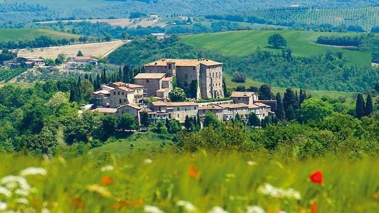 En Italie, un château médiéval et son village à vendre