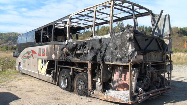Le feu détruit un autocar sur la route 138 - Salle des nouvelles - CIMT