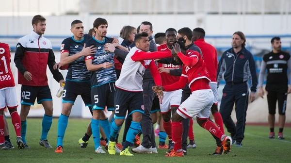 Le match entre le Standard et Mayence a tourné à la bagarre générale (photos & vidéo)