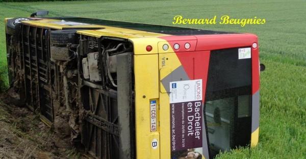 Quévy: un bus TEC fait une sortie de route et se couche dans un fossé (photos)