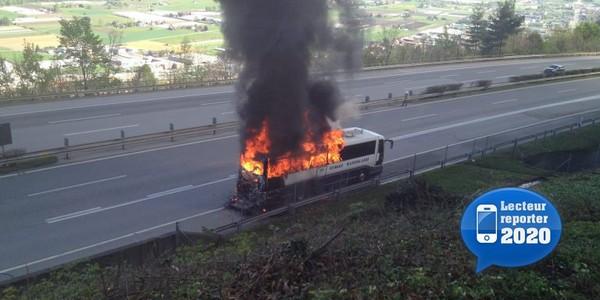 20 Minutes Online - Un autocar part en fumée sur l A2 - Suisse
