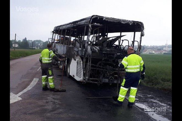 Un car scolaire prend feu