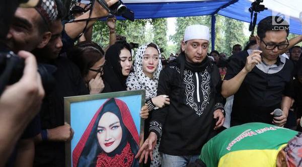 Jenazah Julia Perez Mengeluarkan Air Mata, Pertanda Apa? - Berita Harian Indonesia