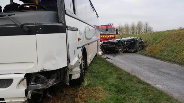 VIDÉO. Violente collision entre un bus et une voiture : une femme et des enfants blessés