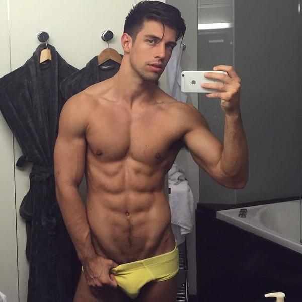 Beau Gosse 37: petit selfie dans la salle de bain