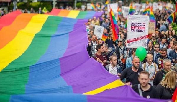"""""""J'ai été agressé à cause d'un pin's arc-en-ciel"""" : homos, ils préfèrent se cacher"""