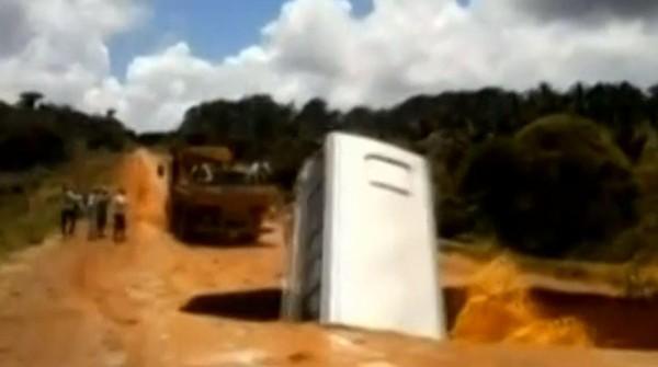 VIDEO. Brésil : un bus tombe dans un cratère et est emporté par une rivière