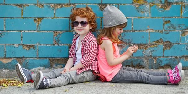 Les beaux enfants avec du linge neuf