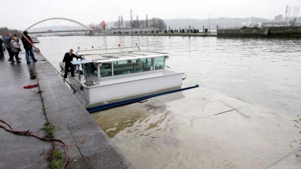 Liège: solution en vue pour évacuer la péniche échouée depuis deux ans - RTBF Regions