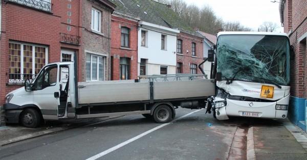 Spectaculaire accident entre un bus scolaire et une camionnette à Colfontaine: Christophe s'est retrouvé coincé sous son véhicule (photos)