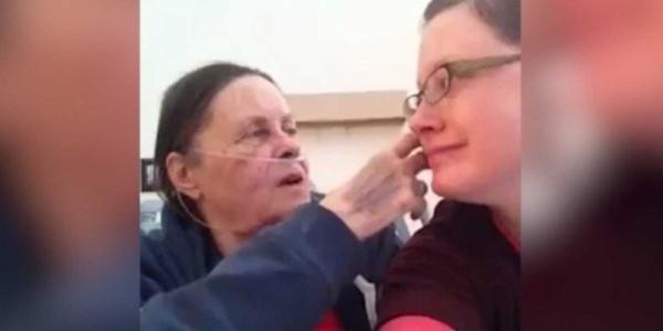Des internautes l'aident à profiter de ses derniers souvenirs avec sa mère décédée