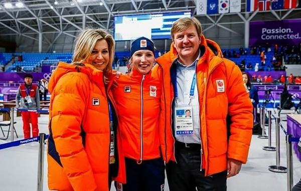 """Queen Máxima on Instagram: """"10-02-18• Koningin Maxima en Koning Willem-Alexander met de winnares van het schaatsen. • """"Onwaarschijnlijk, één, twee en drie. Voor het…"""""""