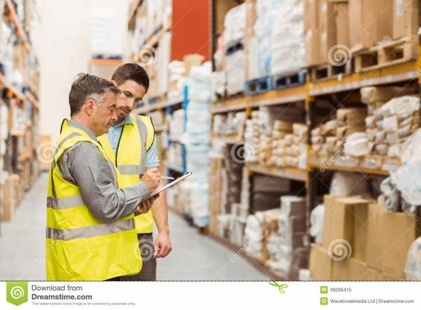 Travailleurs d'entrepôt parlant ensemble au travail