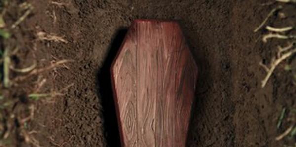 Enfermé vivant dans un cercueil par deux hommes, il raconte sa terreur