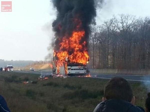 Un car prend feu entre Angers et Tours : autoroute coupée, rugbymen indemnes