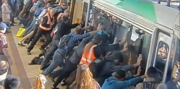 Ils soulèvent un métro pour sauver un voyageur