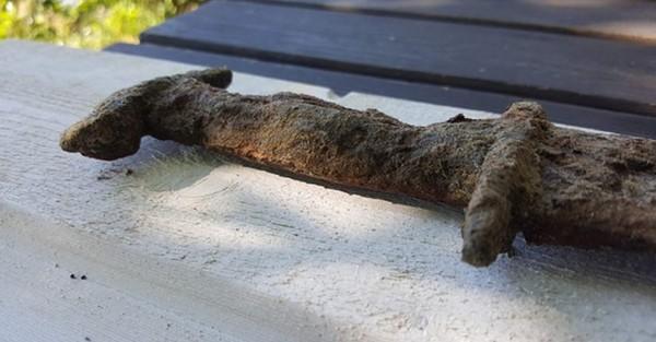 Une petite fille de huit ans sort d'un lac une épée vieille de 1500 ans en Suède