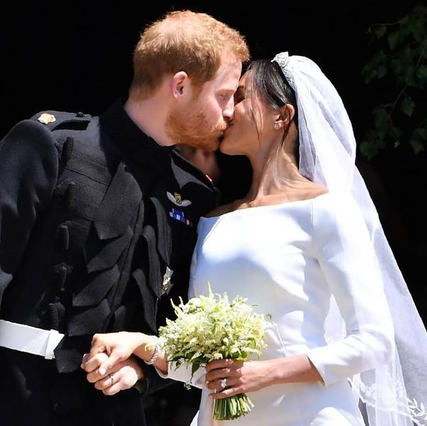 "Le Parisien on Instagram: ""❤❤❤ Vive les mariés ❤❤❤#royalwedding #harry #meghanmarklePhoto Pool AFP / Ben Birchall"""