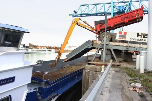 Toute la terre de Docks Bruxsel s'est échappée par le canal