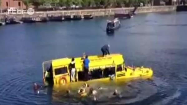 Un bus amphibie coule à Liverpool du 16 juin 2013, info : RTBF Vidéo