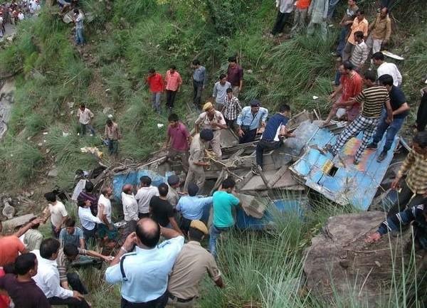 En Inde un autocar chute dans un ravin de 76 mètres: 52 morts - LExpress.fr