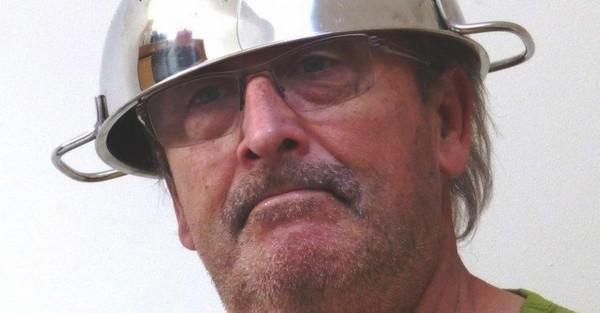 Durbuy: Victor, adepte du pastafarisme, s'est vu refuser sa photo d'identité car il portait une... passoire comme couvre-chef!
