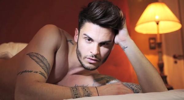 Baptiste Giabiconi torse nu et en caleçon sur son lit > Keumstar.com