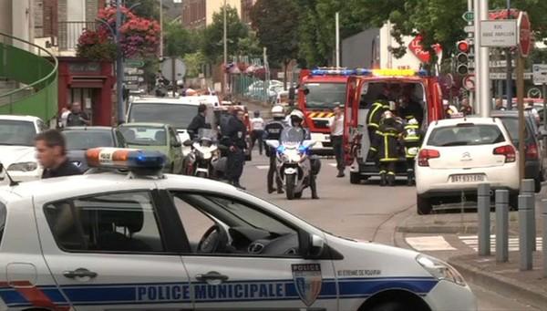 EN DIRECT - Prise d'otage à Saint-Etienne-du-Rouvray: le prêtre est mort, Hollande attendu sur place