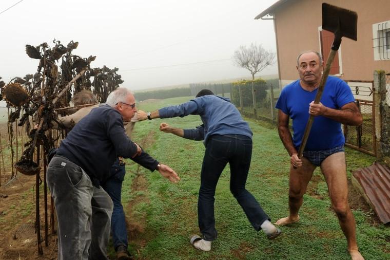 EN IMAGES - #SlipGate : l'homme en slip armé d'une pelle amuse Internet