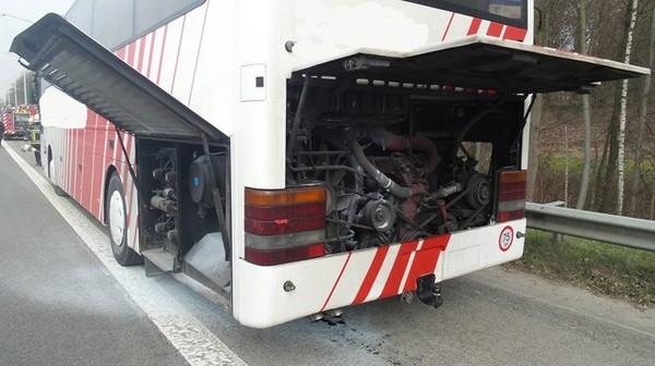 Courcelles: un car transportant des enfants prend feu sur l'autoroute A54