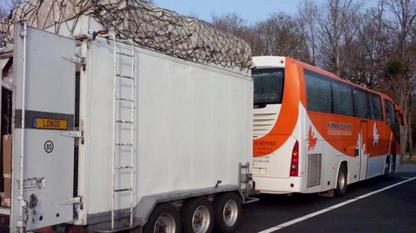 Quand un autocar et sa remorque zigzaguent à 100 km/h sur l'autoroute A 10 - France 3 Poitou-Charentes