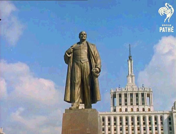 Un símbolo de la rapiña capitalista sustituye a la estatua de Lenin en Bucarest – elcomunista.net