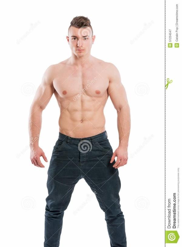Homme beau et jeune de torse nu