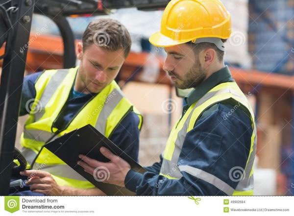 Travailleurs focalisés d'entrepôt parlant ensemble