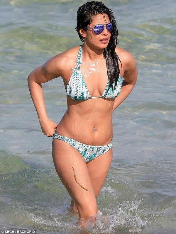 Priyanka Chopra spends the weekend relaxing in a bikini | Daily Mail Online