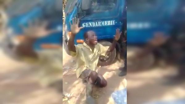 """""""Vas-y, prie !"""" : un homme humilié par des gendarmes ivoiriens, les dessous d'une vidéo choc"""