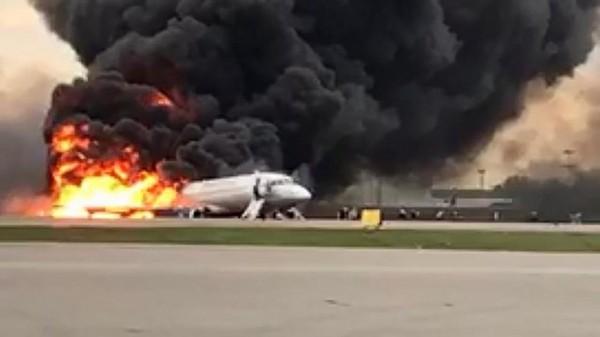 VIDÉO - Atterrissage d'urgence d'un avion en feu à Moscou : 41 morts sur les 78 personnes à bord