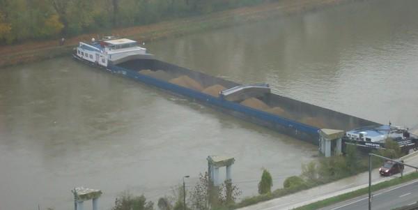 Une péniche en travers de la Meuse à Marche-les-Dames