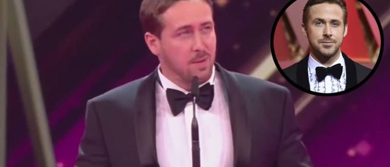 Un mauvais sosie de Ryan Gosling s'invite à une cérémonie en Allemagne et laisse le public... perplexe ! (VIDEO)