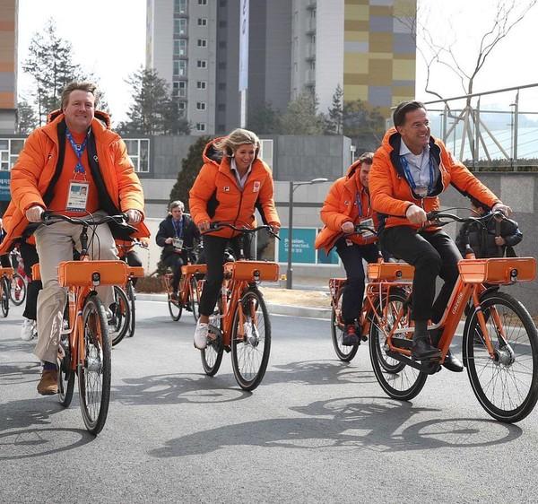 """Queen Maxima on Instagram: """"10-02-2018 Koning Willem-Alexander en Koningin Máxima bezoeken de Nederlandse sporters van #TeamNL in het Olympisch dorp. #olympicgames…"""""""