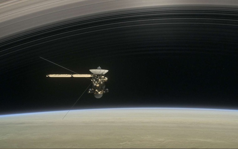 Sonde Cassini : premières images de son grand plongeon entre Saturne et ses anneaux