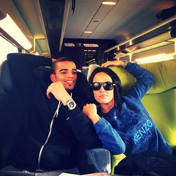 .@alizeeofficiel | Dans le train pour nantes !️Je fais un peu mouche avec les lunettes de @brams... | Webstagram