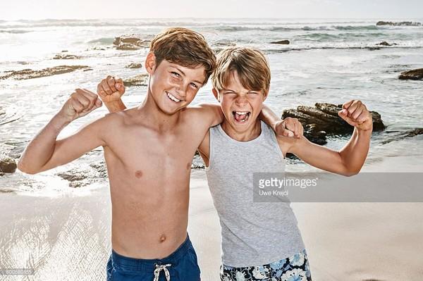 http://cache4.asset-cache.net/gc/600580855-two-boys-on-beach-portrait-gettyimages.jpg?v=1&c=IWSAsset&k=2&d=sMj9W%2b0NqHJdaUq9F5QEaJh0rpHnx6Zi5TQCYfRw9NR%2bQq6Tk9pEuufbrfbN1Uaj
