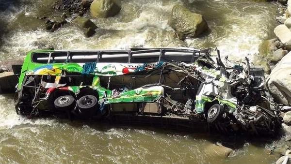 Un autocar chute dans un ravin: au moins 35 morts