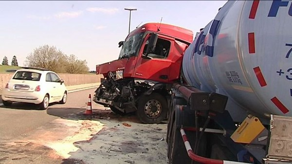 Bouchons sur l'E411, deux camions et deux voitures accidentées (02-05-2016) - TV Lux