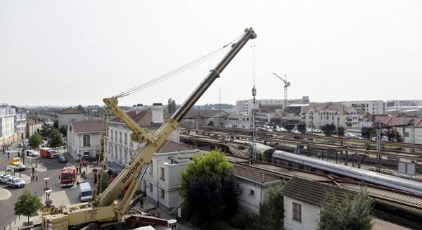 Accident de train de Brétigny: une grue belge soulève les wagons couchés - RTBF Monde