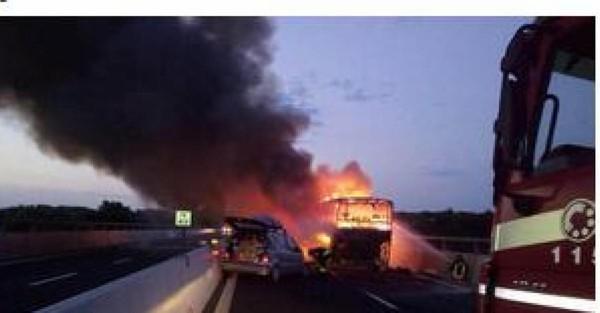Un autocar emmenant 58 Belges s'enflamme avant qu'une voiture ne le percute en Italie